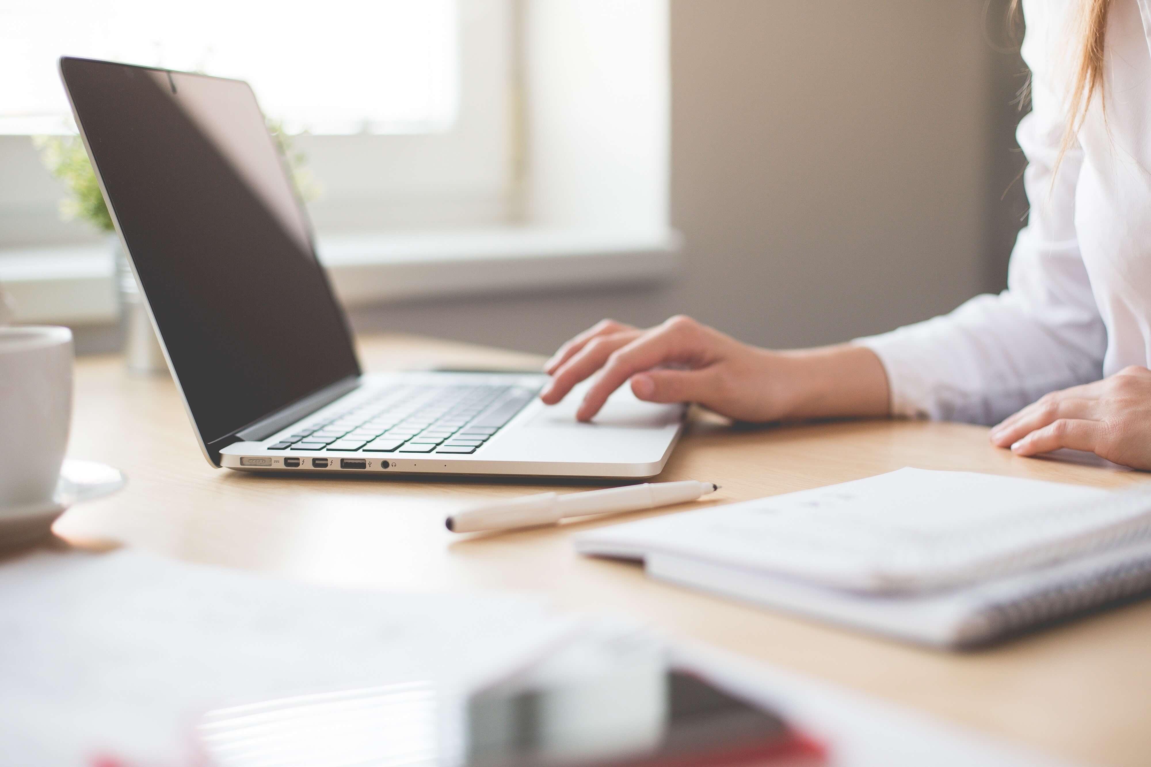 review-schrijven-pen-laptop